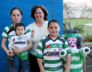 <b><u>06 de marzo</b></u><p> Pablo Rafael Gómez López en su fiesta de cumpleaños acompañado de sus hermanitas y de su mamá Laura López.