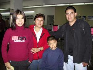 <b> <u> 06 de marzo </u></b> <p> Sergio Valles y Érika Elizabeth Mora viajaron a Tijuana y fueron despedidos por Virginia Gurrola y Fernando Mora.