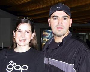 Lilia Sánchez viajó a la capital del país y fue despedida por Héctor Mortera.