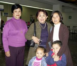 Claudia, Paola y Hugo González viajaron a Disneylandia, fueron despedidos pior María Medina y Leonor Rodarte.