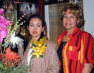 Lilia Guadalupe García López en compañía de la organizadora de su despedida de soltera, Sorina López de García.