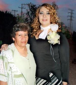 Mayra Ilenia Garibay Soto con su futura suegra Concepción Aragón.