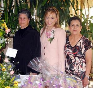 La festejada acompañada de su futura suegra, Carlota Pacheco de Campos y de su mamá, Amparo Muñoz de Guzmán.