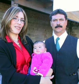 Gabriela P. de Chretin y Luis Antonio Chretin, laguneros radicados desde hace varios años en Ciudad Juárez, estuvieron recientemente aquí en su tierra natal, para bautizar a su hija Gabriela.