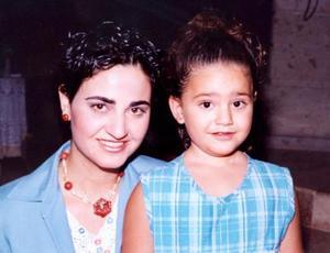 Gina Zarzar Bichara de Manzur desde 1997 reside en Tampico, Tamaulipas, al lado de su esposo Carlos Manzur Nemer y de sus hijos Carlitos y Gina.
