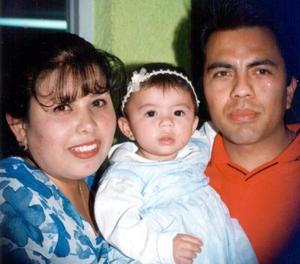 <b><u>07 de marzo</b></u><p>  Sandra Marian Juache Aguilar acompañada de Rafael Dario Juache de la Paz y Sandra Luz Aguilar Urena en pasado festejo infantil.