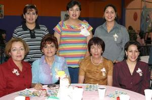 <b><u>07 de marzo </b></u><p> Patricia del Río con un grupo de asistentes a su fiesta de regalos.