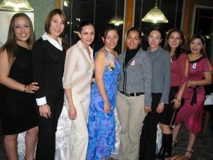 <b><u>08 de marzo </b></u><p> Rocío Pérez Nazer con un grupo de asistentes a su despedia de soltera.