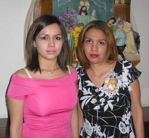 Brenda Nurit Hernández acompañada de María Elena Velazco, en la despedida de soltera que se le foreció en fechas pasadas.