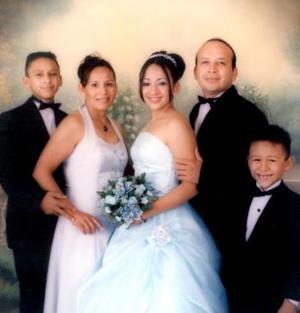 Ireanna Guadalupe Sonora Sifuentes, acompañada de sus padres señores Felipe de Jes´su sonora Miranda, Rosavelia Sifuentes de Sonora y de sus hermanos, Jesús Alonso y José Gabriel.