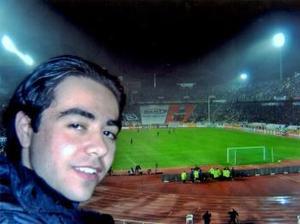 Enrique Israel Velázquez Villarreal captado en el estadio olímpico de Barcelona, España disfrutando de un gran juego de futbol del equipo Real Madrid.