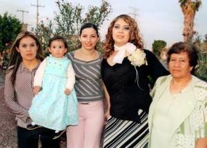 Mayra Ilenia Garibay Soto acompañada de Yuri Rubio de Sánchez, Tere Sánchez y Concepción Aragón.