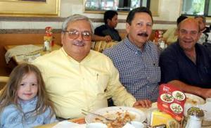 Raúl Castorena acompañado de su nieta, Jaime Escalera y Fredy Murra.
