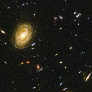 Mientras que actualmente las galaxias son espirales y elípticas, las imágenes del Hubble muestran que sus antecesoras tenían una gran variedad de formas, tamaños y colores. Unas se asemejan a palillos de dientes, otras a brazaletes y algunas parecen interactuar entre ellas.