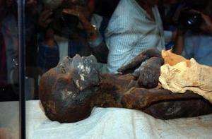 La momia de Ramses I, Faraón de la XIX dinastía egipcia, yace  en su vitrina del museo de Luxor, a las orillas del Nilo tras ser identificada y devuelta por Estados Unidos, país donde había pasado los últimos 130 años lejos de las tierras donde reinaba el hombre-dios.