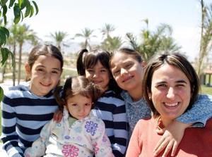 María Isabel González de Saldaña con sus hijas María Fernanda, Isabel, Mariana Saldaña González y Lorena González Canales.