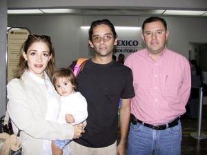 Después de visitar a sus familiares regresaron a la ciudad de Huatulco, Raúl Sonobias, Gabriela de Sinobias y Regina, los despidió Édgar Saldaña.
