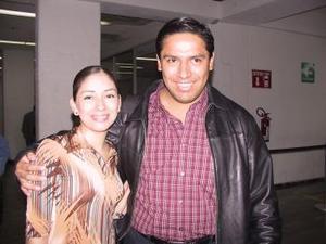Al  llegar del Distrito Federal, Érick Castillo fue recibido por Laura Marmolejo