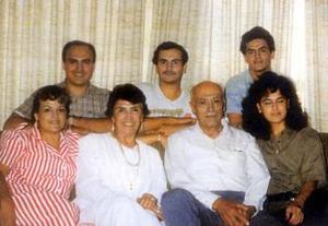 Señor Adolfo Escobedo Cabral (f) y su esposa María del Carmen Valdés de Escobedo (f) al centor y sus hijos Marpia del Carmen, Bertha, Gerardo, José de Jesús y Luis Carlos