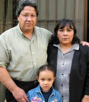 <b><u>09 de marzo</b></u><p> Daniela Vázquez Olguín con sus papás Germán Vázquez Campa y Teresa Olguín de Vázquez.