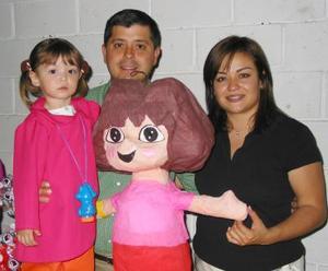 Paulina González Barrios acompañada de sus papás Wendy Barrios y Miguel González.