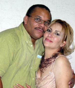 Robert y Patricia Anderson Díaz Couder captados en pasado festejo familiar.