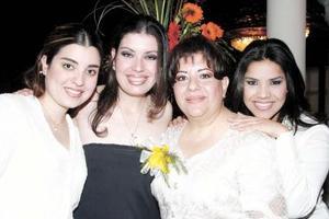 Laura Danaé Carrillo acompañada de sus hermanas Laura Dafne, Laura Daniela y de su mamá Laura Elena Ramos, en su despedida de soltera.