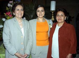 Monserrat Gallegos Palacios acompañada de las organizadoras de su despedida de soltera con motivo de su próxima boda.