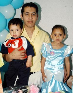 Sayra Jackeline Herrera Solís festejó su cumpleaños en compañía de su papás, Jorge Alejandro Herrera y de su hermano Alan Alejandro.
