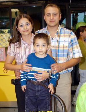 <b><u>12 de marzo</b></u><p> Luis Diego Segura Guajardo en compañía de sus papás, Diego Segura y Gaby de Segura en la fiesta de cumpleaños que le organzaron en días pasados.