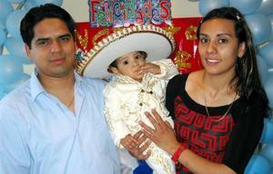 <b><u>12 de marzo</b></u><p> Ángel Yahir Perales Cassio acompañado de sus papás, Karla Rubí Cassio de Perales y Carlos Alejandro Perales, en su festejo de cumpleaños.