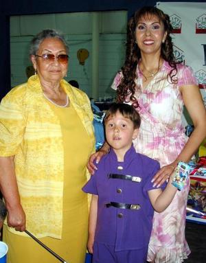 Andrés Eduardo Román Flores acompañado de Alicia Román Flores y Celia Flores de Román en su fiesta de cumpleaños.