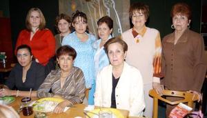 Rocío M. de Marroquín acompañada de algunas asistentes a su fiesta de canastilla realizada en días pasados, por el próximo nacimiento de su bebé.