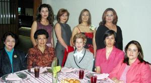 <b><u>12 de marzo </b></u><p> Verónica Fernández Anaya con algunas de las asistentes a su despedida de soltera, realizada en días pasados.