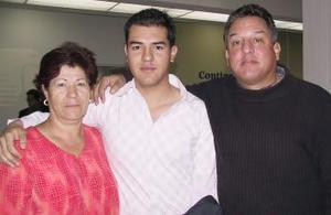 <b> <u> 12 de marzo </u></b> <p> Abraham Gallardo viajó al Congreso Universitario del Distrito Federal y fue despedido por sus padres, Álvaro y Dora Elena Gallardo.