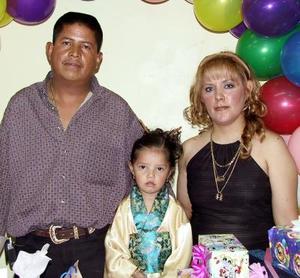 Jennifer Yareli en compañía de sus papás Ramiro Botello y María Eugenia Machado de Botello.