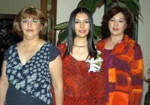 Martha Isabel Sánchez Salazar acompañada de Mercedes Marrujo de Fernández y Leticia Salazar de Sánchez en su despedida de soltera.