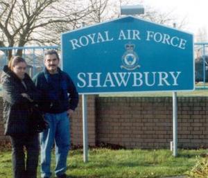 <b><u>15 de marzo </b><u><p> El piloto de helicópteros C.P.A. Enrique Vera Jáquez fue captado en Shawbury Inglaterra, en la base de la RAF, lugar donde recibió adiestramiento, lo acompaña su hija Claudia Susana Vera Luna.