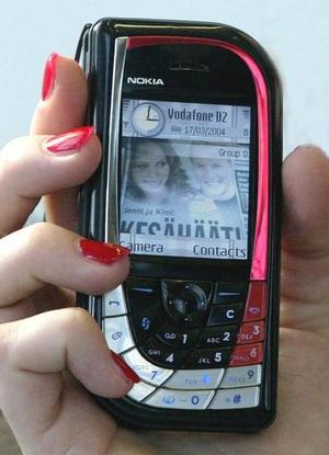 Una modelo presenta el nuevo modelo de Nokia megapixel 7610. Este teléfono posee una alta calidad de lente fotográfico con una capacidad de zoom de 4x.