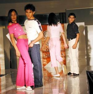 Con la asistencia de un gran número de espectadores, se llevó a cabo el desfile de modas inaugural de la agencia de modelos de Julio Le Coiffure