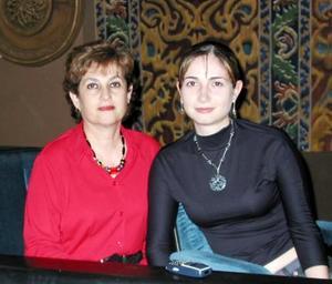Elena Teresa González y su hija Karla Eppen González.