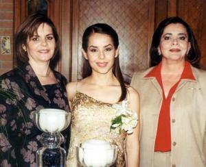 Claudia Robles junto a Yolanda Heimpel de Robles y Esther Martínez de Garza, mamá y futura suegra respectivamente.