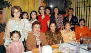 <b><u>16 de marzo </b></u><p> Nadia Cruz de Isaís, acompañada de algunas de las asistentes a su fiesta de canastilla.