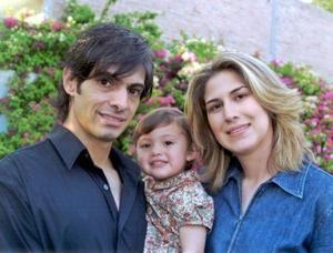Gerardo Alfonso Montellano Valdés y Martha Beatriz Chávez, con su hijita Mariana, en la fiesta infantil que le organizaron por su segundo cumpleaños.