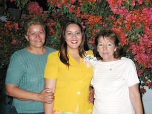 Luz María Sarmiento Espinoza acompañada de Soyla de Hernández y Leticia Espinoza en su despedida de soltera.