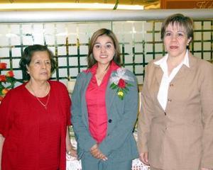 <b><u>20 de marzo </b></u><p> Claudia Ávila Arellano con las organizadoras de su despedida de soltera Ángeles Arellano y Fermina Álvarez.