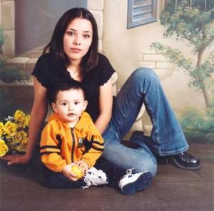 Cristal Amarillas Bazán con su pequeño hijo Alejandro Amarillas, quien cumplió su primer año de vida el ocho de febrero de 2004.