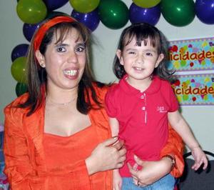 Virginia Hernández de Rojo en compañía de su pequeña hija Natalia Estefanía Rojo Hernández en la fiesta que le organizó por sus dos años de vida.
