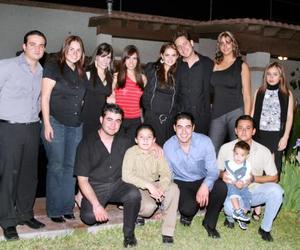 Marisol González Casas acompañada de su novio Jean y de sus amigos, en la fiesta de cumpleaños que se le ofreció el pasado 12 de marzo.