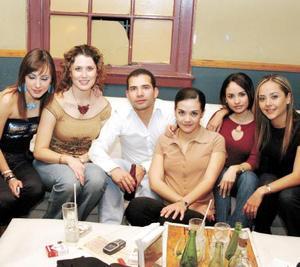 Marcela Pereyra, Georgina Gómez, Brenda Balboa, Fernando Jaime, Edna Monroy, Toño Sáenz, captados en un café de la localidad.